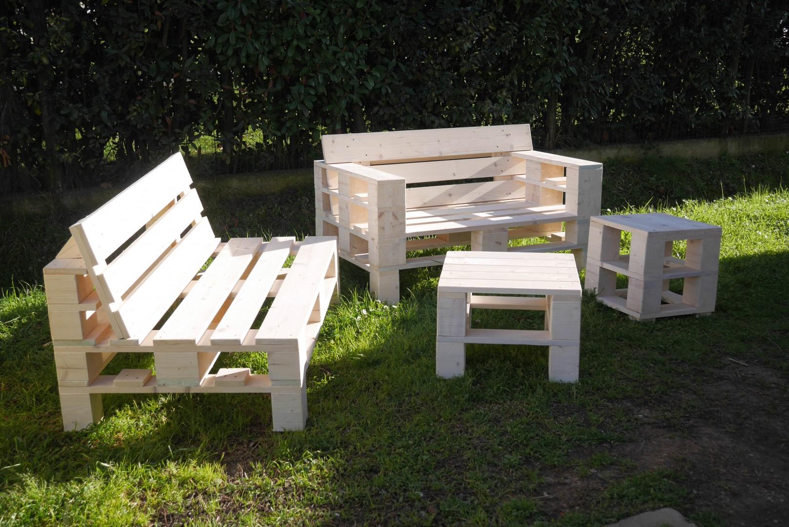 Noleggio divano pallet 2 posti completo di cuscini mis for Divano in pallet