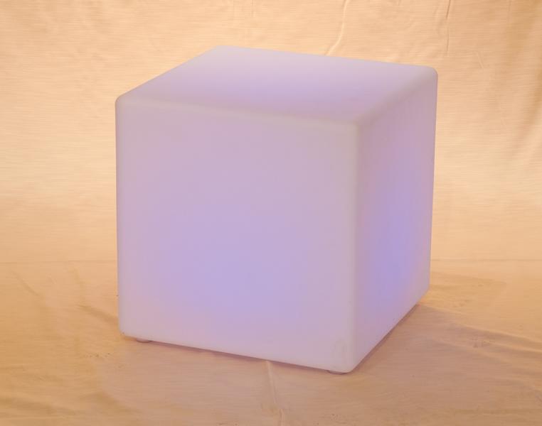 Noleggio cubo luminoso a corrente 220 volt da esterno e interno in